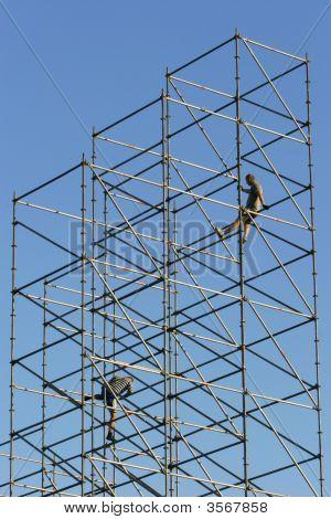Dois trabalhadores no quadro da construção