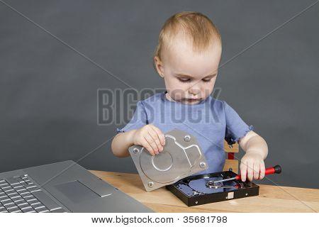 Niño reparar el disco duro de abierto
