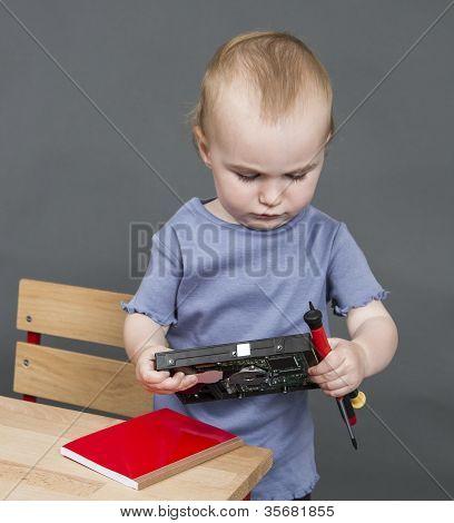Niño con disco duro y herramientas
