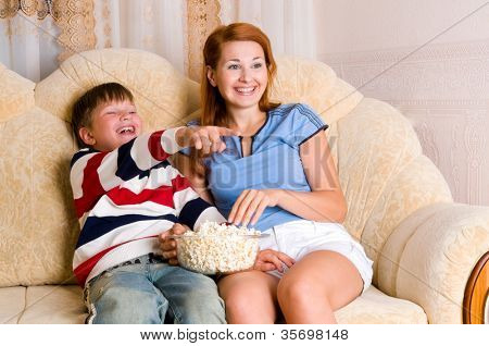 Las niñas y el niño en el sofá