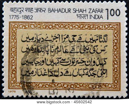 INDIA - alrededor de 1975: Un sello impreso en la India muestra poema del emperador Moghul Bahadur Shah Zafar