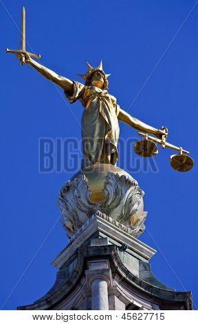 Iustitia Statue Ontop des Old Bailey In London
