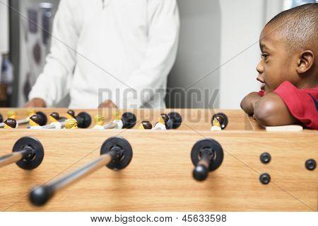 Rapaz assistindo jogo de pebolim