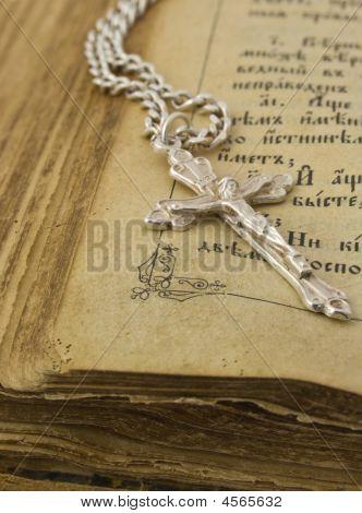 alt Bibel und Silberkreuz