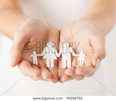 Close up van dames cupped hands aanduiding papier man family