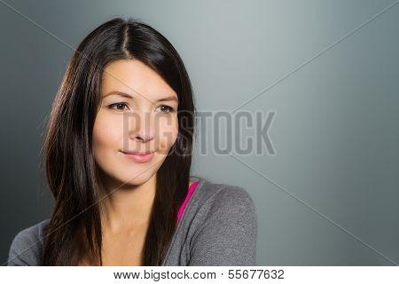 attraktive kreative Frau, die mit ihrer Phantasie