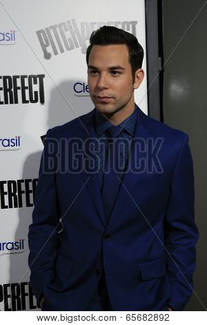 LOS ANGELES - SEP 24:  Skylar Astin arrives at the