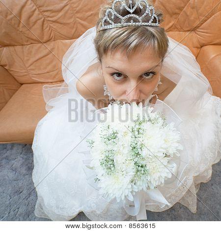 Amüsant Braut sitzt auf Sofa mit Bouquet - Ansicht von oben