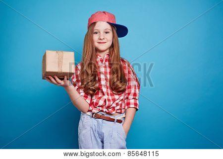 Cute girl holding a cadeau