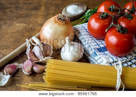 Spaghetti set with red tomatoes,garlic,onion
