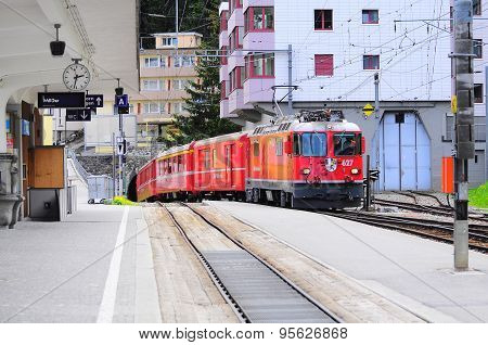 Train from Chur arrives to Arosa station.