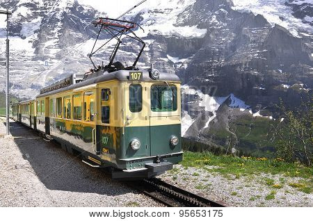 Train from Lauterbrunnen moves to Kleine Scheidegg.