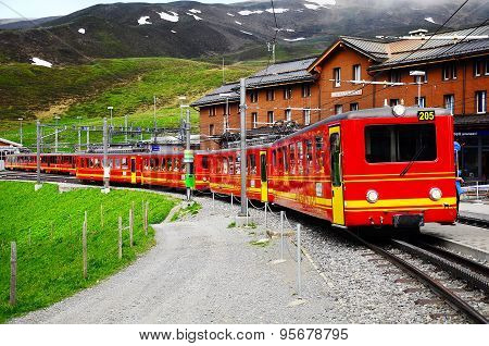 Train from Kleine Scheidegg departs to Jungfraujoch station.