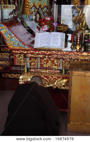 nun read lection in chinese temple