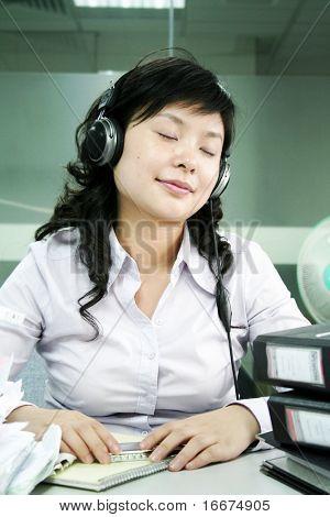 eine junge geschäftsfrau erholen Sie sich im Büro