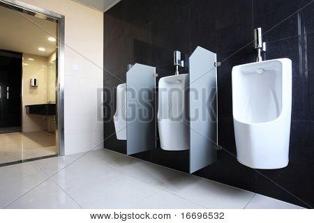 de close-up van openbare toiletten, mannen urinoir