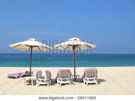 Sombrillas y sillas en la isla de Bang Tao beach de Phuket