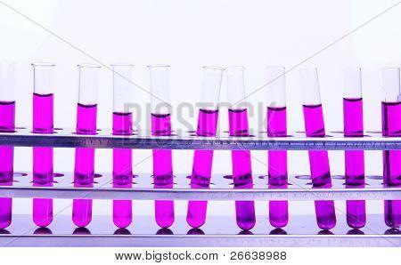 Frascos de laboratório, com amostras de líquido roxo