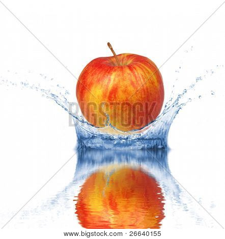 Frischer roter Apfel fiel ins Wasser, isolated on white background