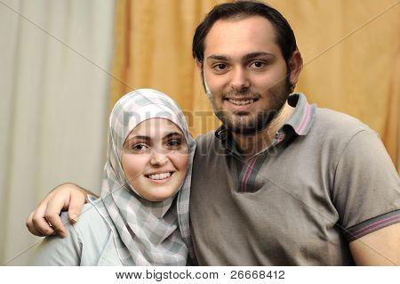 glückliches arabische paar indoor