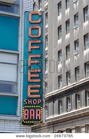"""Signo de diner retro en la ciudad, diciendo: """"cafetería bar."""""""