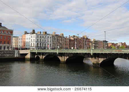die Grattan-Brücke über den Fluss Liffey in Dublin, Irland