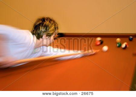 Frau spielen Pool