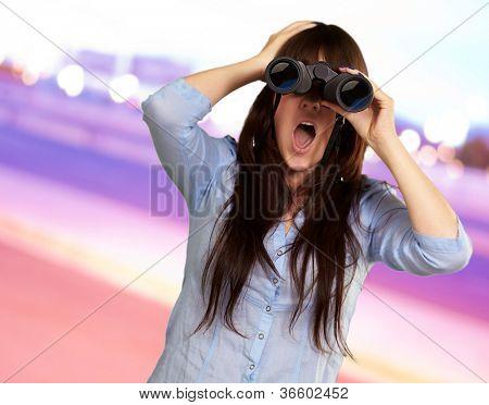 Porträt einer jungen Frau, Blick durchs Fernglas, Hintergrund