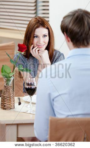 Par é o restaurante sentado à mesa com vaso e carmesim subiu nele