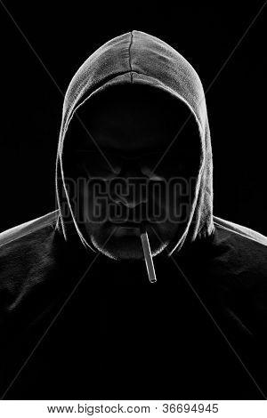 Baixo chave retrato de um homem com cigarro. estúdio tiro.