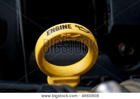 Primer plano de una varilla de nivel de aceite motor amarillo