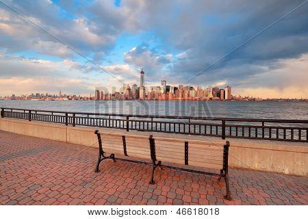 Skyline van Downtown Manhattan bij zonsondergang over Hudson rivier in New York City