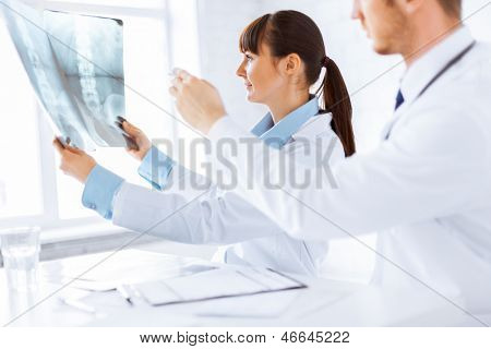 picture of doctor and nurse exploring x-ray