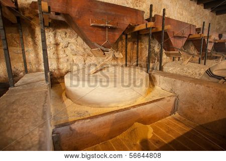 Maíz pulir piedra redonda de molino
