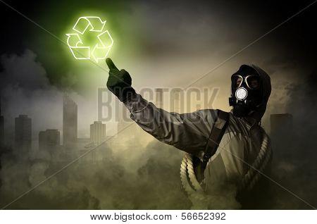 Imagen del acosador tocando el signo de los medios de comunicación. La contaminación y desastres