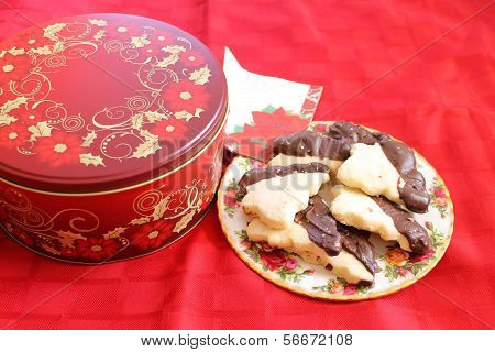 Cookie tin and plateful