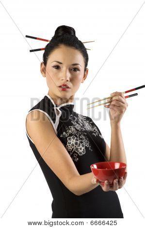 Chica oriental con palillos