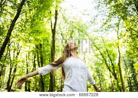 Free Happy Woman Enjoying Nature. Beauty Girl Outdoor.