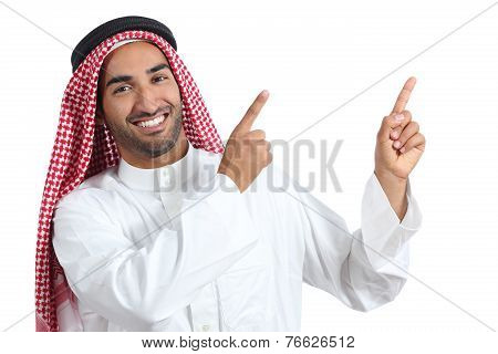 Arab Saudi Presenter Man Presenting Pointing At Side