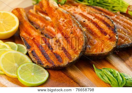Grilled salmon fillet with lime and parsley
