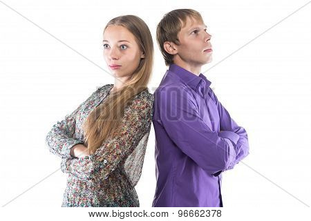 Photo blond woman and man standing back-to-back