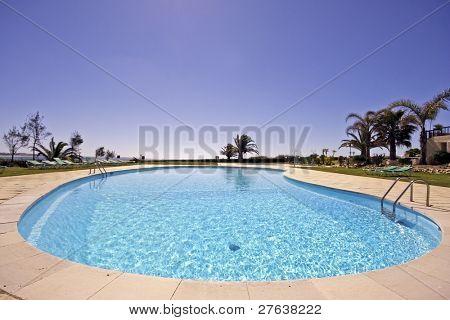Hermosa piscina en verano en Portugal