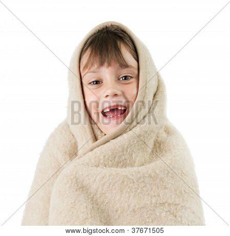 kleines Mädchen, in eine Decke gewickelt