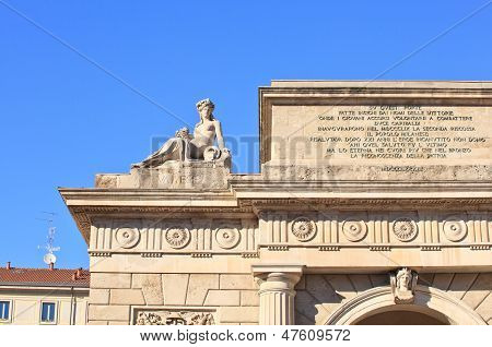 Puerta Garibaldi en Milán, Italia