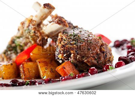 Parrilla asado de cordero con salsa de moras