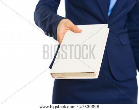 Closeup en mujer de negocios que libro