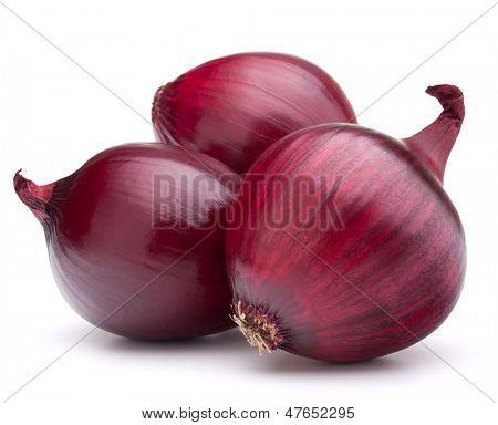 bulbo de cebolla roja aislada en el recorte del fondo blanco