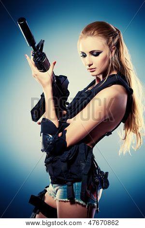 Retrato de uma mulher bonita posando em estilo militar.