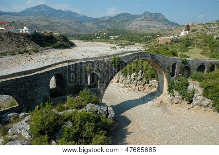 Ponte de mes (albanês: Ura e Mesit) perto de Shkoder na Albânia
