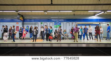 Madrid tube, underground station with commuters awaiting train